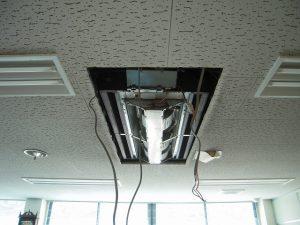 既設エアコンの室内機を撤去しています。
