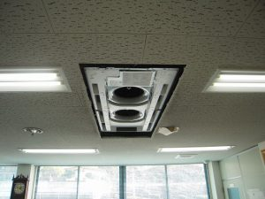 新設エアコンの室内機を設置吊込しました。