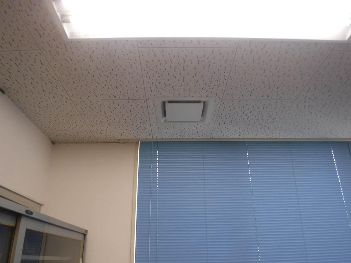 2階事務所へ、新設の給排気口および器具を取付けました。