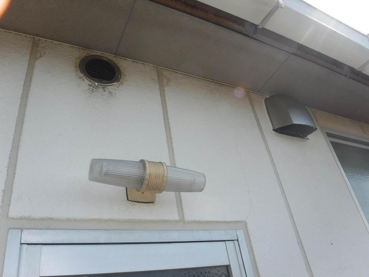 外壁にベントキャップを取付けていきます。