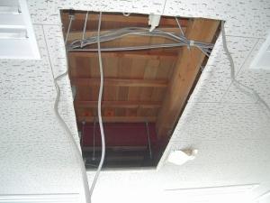 既設エアコンの室内機を撤去しました。