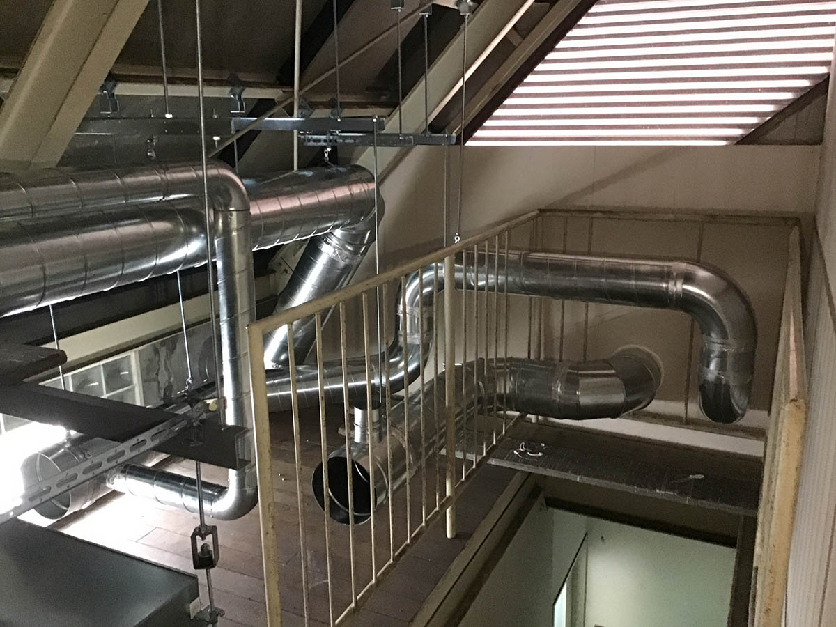 3階屋根裏でのダクトの配管状況です。